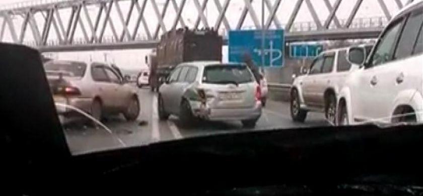 На трассе под аэропортом Кневичи из-за гололеда побились около 20 машин
