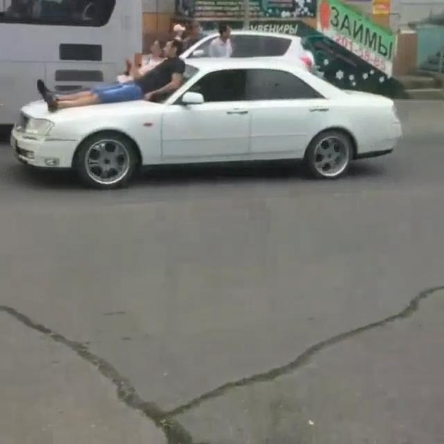 ПоВладивостоку накапоте машины катались люди