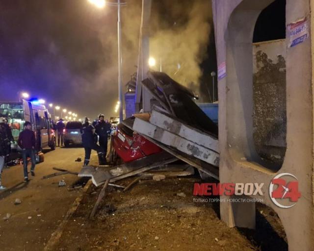 Из-за тарана автомобиля обрушилась лестница виадука наНекрасовском путепроводе воВладивостоке